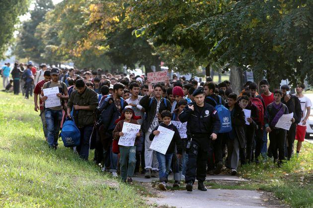 Πορεία εκατοντάδων προσφύγων από το Βελιγράδι με προορισμό την Ουγγαρία και στη συνέχεια στην