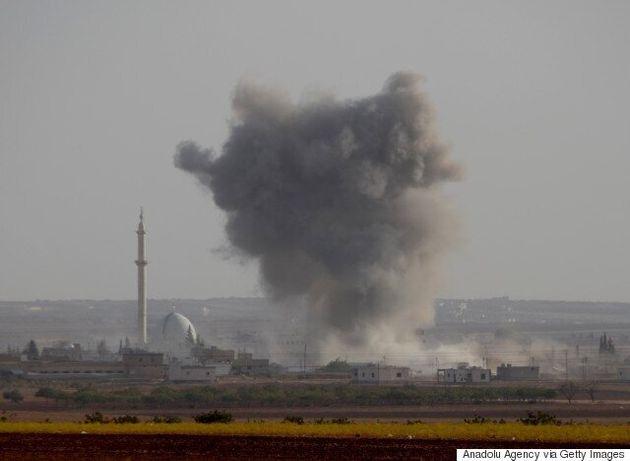Δεκάδες νεκροί από αεροπορικά πλήγματα στα συροτουρκικά