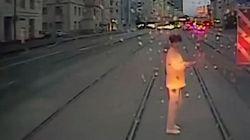 Τραμ παρέσυρε γυναίκα που έπαιζε με το κινητό της ενώ διέσχιζε κεντρικό δρόμο στη