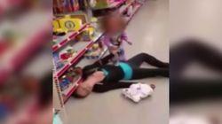 Εξοργίζει και θλίβει η εικόνα 2χρονου που παλεύει να συνεφέρει τη μητέρα του που έχει πέσει αναίσθητη από τη χρήση
