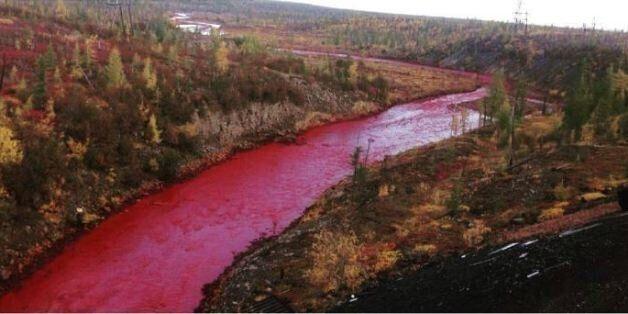 Ένας ποταμός στη Ρωσία γίνεται ξαφνικά κόκκινος αλλά οι υπεύθυνοι δεν βλέπουν τίποτα