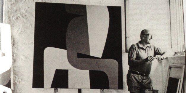 Ο Γιάννης Μόραλης στο εργαστήριό του στην Αίγινα, 1976. Φωτ. Άρη Κωνσταντινίδη, από ον κατάλογο του Μουσείου...