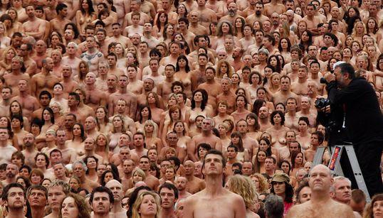 Spencer Tunick: Ο φωτογράφος που ξεγυμνώνει, κυριολεκτικά, τους πολίτες σε όλο τον