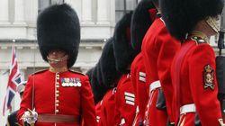 Βρετανία: Έρευνα στη φρουρά της βασίλισσας λόγω βίντεο με ταγματάρχη που «σνιφάρει» μια