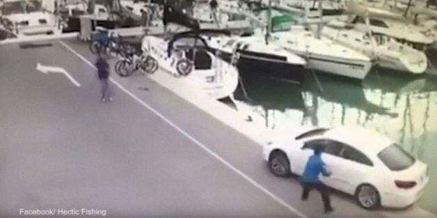 Το βίντεο με τον ξεχασιάρη ψαρά που έγινε viral. Έπρεπε να... ψαρέψει το αυτοκίνητό του από τη