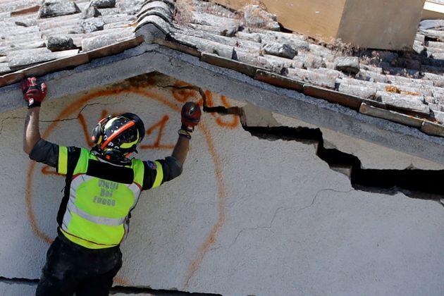 Η επόμενη μέρα του σεισμού στην Ιταλία: Θρήνος, συντρίμμια και ανείπωτος