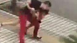 Αστυνομικός ακινητοποιεί γυναίκα που ήθελε να αυτοκτονήσει με
