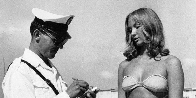 (GERMANY OUT) Carabinieri am Strand von Rimini schreibteinen Strafzettel für eine junge Frau mitBikini-...