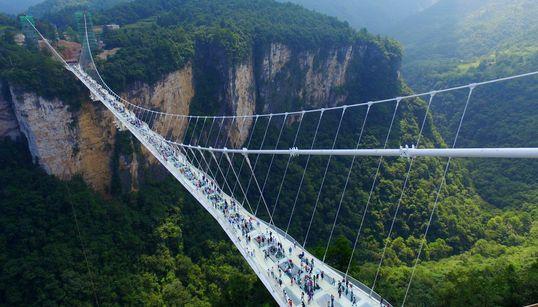 Η μεγαλύτερη και ψηλότερη γυάλινη γέφυρα του κόσμου Κίνα «άνοιξε» για το κοινό. Θα τη
