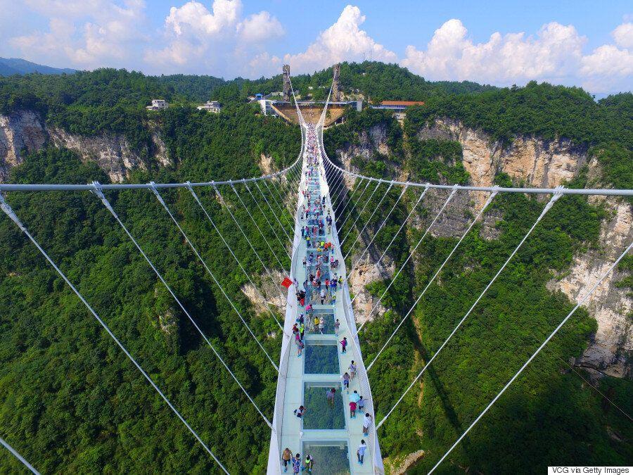 «Άνοιξε» για το κοινό η μεγαλύτερη και ψηλότερη γυάλινη γέφυρα του κόσμου που φτιάχτηκε στην