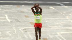 Γιατί αυτή η χειρονομία μπορεί να κοστίσει τη ζωή του αργυρού ολυμπιονίκη Feyisa