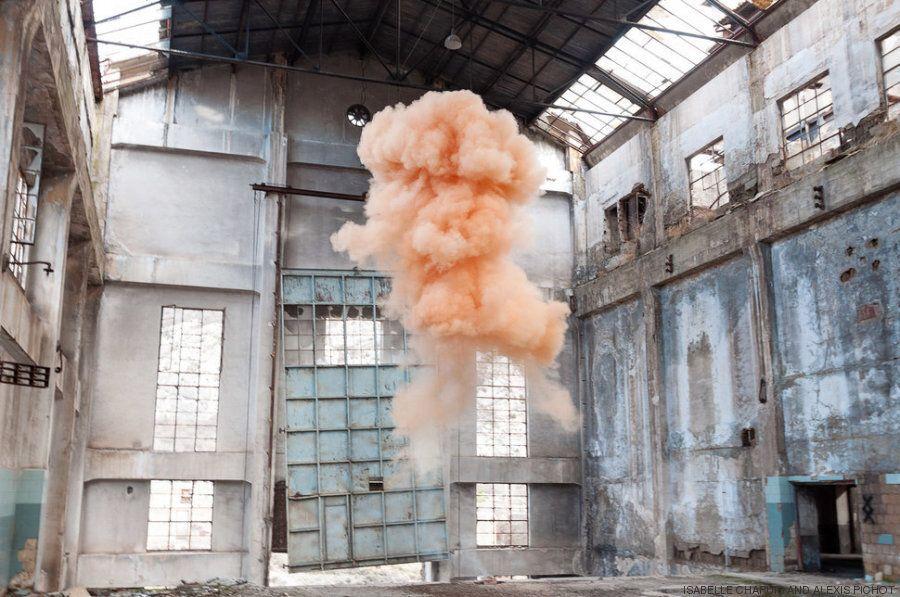 Δύο φωτογράφοι ταξιδεύουν στον κόσμο για να πετάνε βόμβες καπνού και να δημιουργούν παραμυθένια