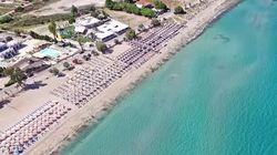 Μία παραλία με τιρκουάζ νερά, μια ανάσα από τη