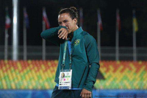 Αθλήτρια του ράγκμπι αρραβωνιάστηκε με την σύντροφό της μέσα στο γήπεδο του