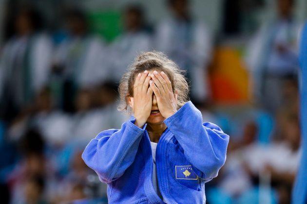 Σε κλάματα η Κελμεντί που χάρισε στο Κόσοβο το πρώτο μετάλλιο στην ιστορία του - και είναι