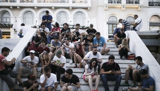 Μαζεύτηκαν στην πλατεία Συντάγματος για να κοιτάξουν τα κινητά