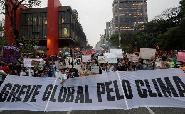Manifestantes a favor da greve global pelo clima se reúnem na Avenida Paulista, em São
