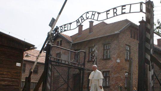 «Κύριε, συγχώρεσε την τόση αγριότητα». Η ιστορική επίσκεψη του πάπα Φραγκίσκου στο