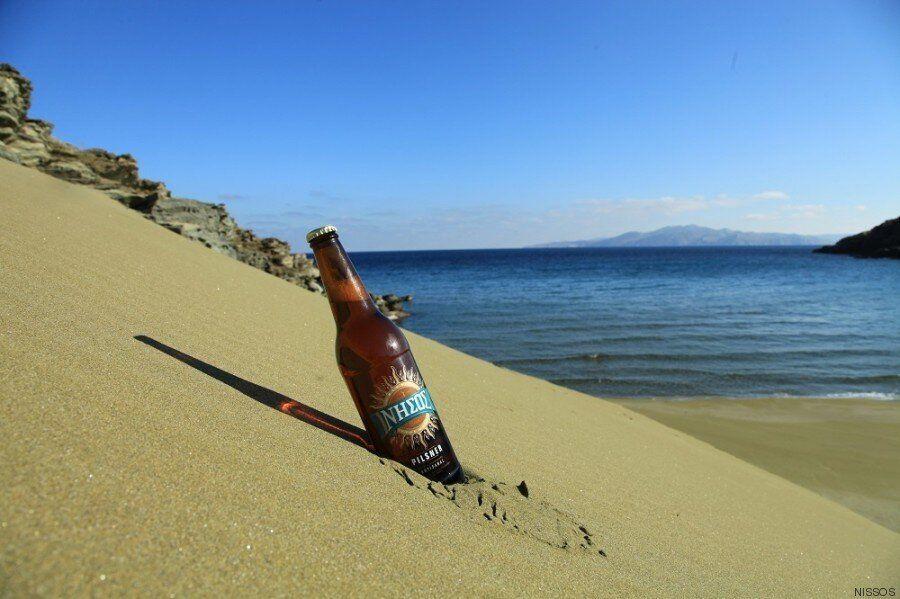 ΝΗΣΟΣ: Μια μπύρα στην υγειά της Τήνου Ο Αλέξανδρος Κουρής, ιδιοκτήτης της «μεγαλύτερης μικρής ελληνικής...