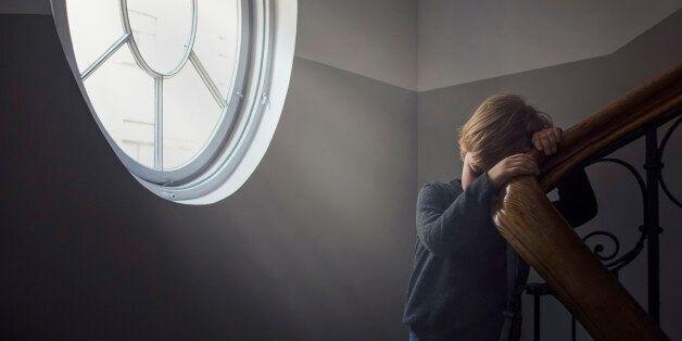 Φρίκη: Πατέρας βίαζε μαζί με τον σύντροφό του τον 12χρονο γιο του που πάσχει από νοητική