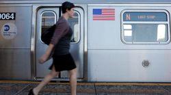 Έχουμε δει πολλά...αλλά τίποτα σαν αυτό που διαβάζει μια επιβάτης στο μετρό της Νέας