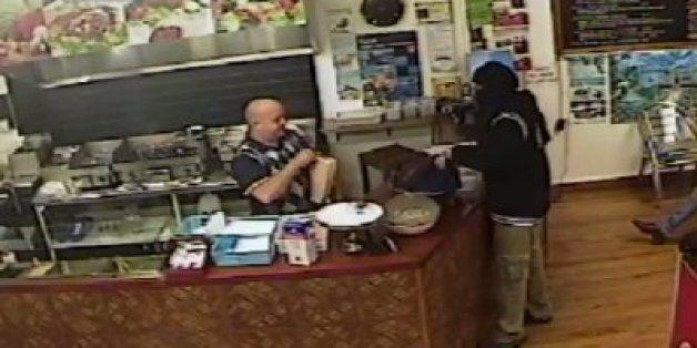 Πιο cool ιδιοκτήτης εστιατορίου σε ένοπλη ληστεία δεν υπήρξε ποτέ - Δείτε την επική η αντίδρασή