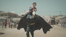 Στην πραγματική ζωή ο Batman ζει σε καταυλισμό προσφύγων και δεν φορά