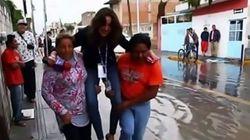 Μεξικανή ρεπόρτερ απολύθηκε λόγω σνομπισμού -Την μετέφεραν κάτοικοι για να μη βρέξει τα παπούτσια