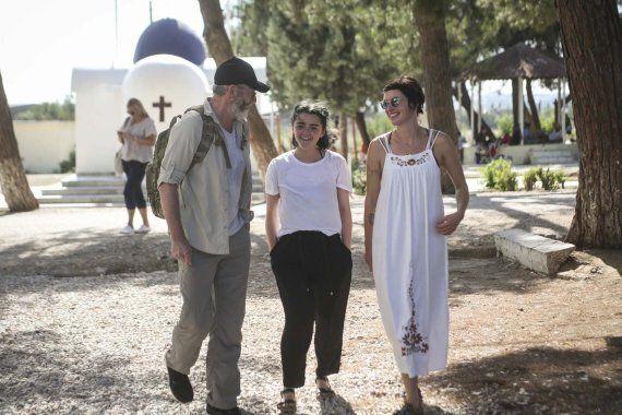 Η Cersei, ο Davos και η Arya επισκέφθηκαν τους πρόσφυγες στη Λέσβο και υποσχέθηκαν: «Αυτή είναι μόνο...