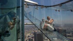 Γυάλινη τσουλήθρα 304 μέτρα πάνω από το έδαφος ακατάλληλη για υψοφοβικούς στο Λος