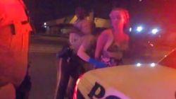 Ημίγυμνη οδηγός προσπαθεί να δωροδοκήσει αστυνομικό που της δίνει κλήση στο