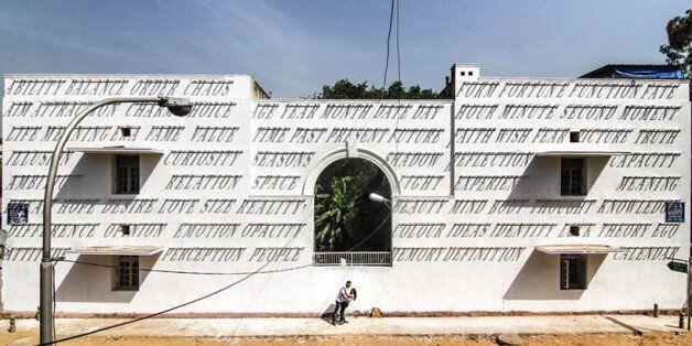 Αυτό το «μαγικό» γκραφίτι αλλάζει διαρκώς μορφή μέσα στην ημέρα και περνά μηνύματα για τη ζωή και την
