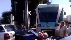 Πάτρα: Απίστευτη αδιαφορία. Οδηγός με το αυτοκίνητο του ακινητοποίησε προαστιακό και επιβάτες για 40