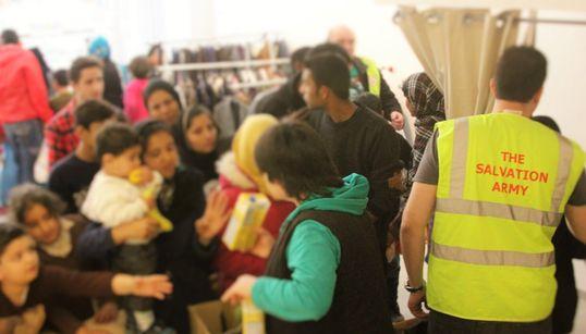 Salvation Army (Στρατός Σωτηρίας). Φαγητό και ρούχα για τους πρόσφυγες στο κέντρο της