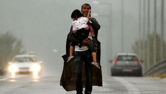 Οι μπαμπάδες πρόσφυγες: Κουβαλώντας τα παιδιά τους μακριά από τον