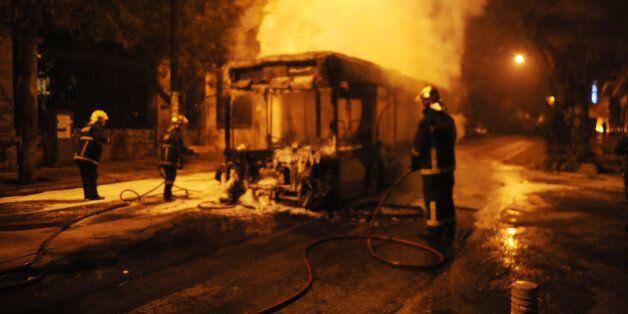 Επεισόδια τη νύχτα στο Πολυτεχνείο. Άγνωστοι έκαψαν λεωφορείο και τρόλεϊ στην