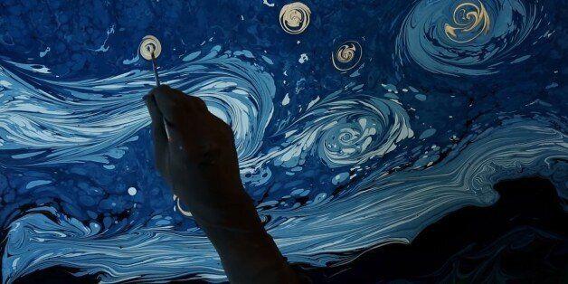 Ο καλλιτέχνης που αναδημιουργεί έργα του Van Gogh σε νερό με μια αρχαία τεχνική και μετά τα