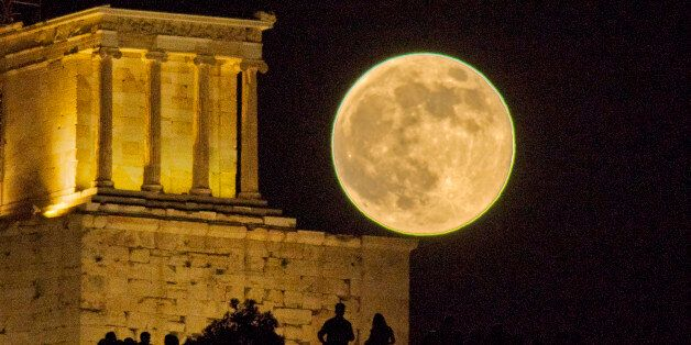 [UNVERIFIED CONTENT] This is the full moon in June 2013 or the 2013 Supermoon, as it rises next to the...