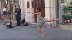 Μπαλαρίνα χορεύει στην μουσική πλανόδιου βιολιστή στην Ιταλία και αφήνει τους πάντες