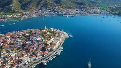 Ο Πόρος έχει κάτι από τη Βενετία: Κανάλι, επικοινωνία ανάμεσα στα σπίτια με βάρκες, χλιδή, νωχέλεια, αισθησιακό