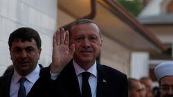 Ενοχλημένος, ο Ερντογάν επιστρέφει στην Τουρκία από την κηδεία του Μοχάμεντ