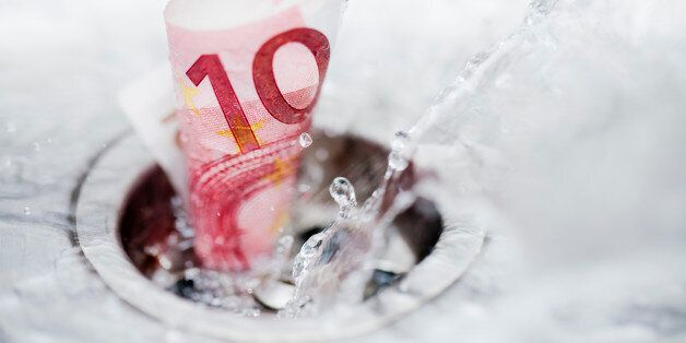 Ten euro bank note and splashing wáter down the