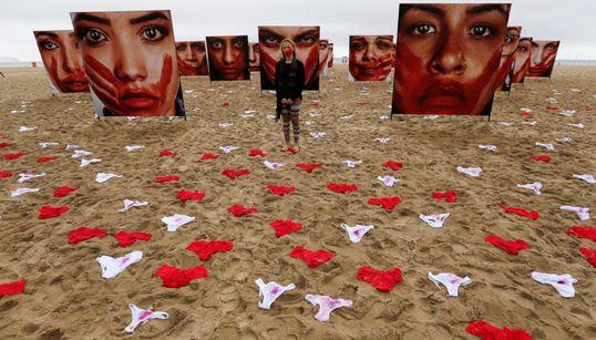 Η μέρα που η Copacabana στο Ρίο γέμισε με αιματοβαμμένα γυναικεία
