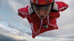 Διάσημο μοντέλο κάνει wingsuit πάνω από ενεργό