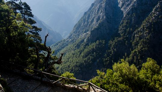 Έτσι μοιάζει ο κόσμος από τα 1.230 μέτρα: Κατεβαίνοντας το Φαράγγι της