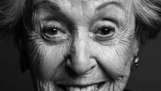 14 γυναίκες που δείχνουν περήφανα τις ρυτίδες τους και μιλούν για