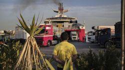 Μεταφορά 80 μεταναστών στο «Αττικόν» από το hot spot του Πειραιά με τροφική