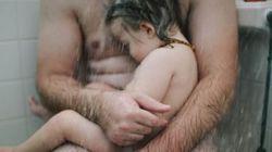 Η φωτογραφία ενός πατέρα που κρατά τον γυμνό άρρωστο γιο του και οι αντιδράσεις στο