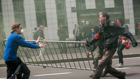 Με τις μάνικες η αστυνομία στη μεγάλη διαδήλωση για τα εργασιακά στις
