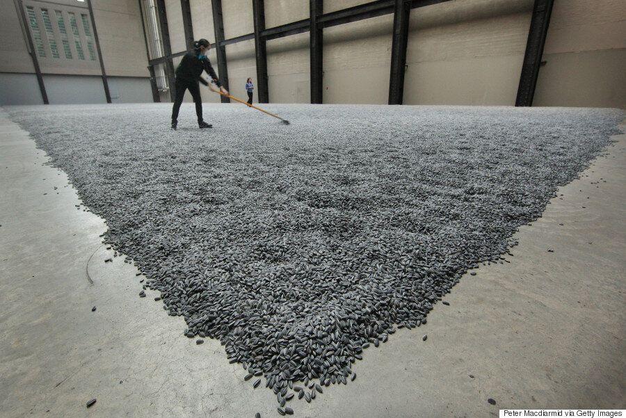 Ποιός είναι ο καλλιτέχνης που τύλιξε ένα γερμανικό μνημείο με 14.000 προσφυγικα σωσίβια και γιατί κάνει...